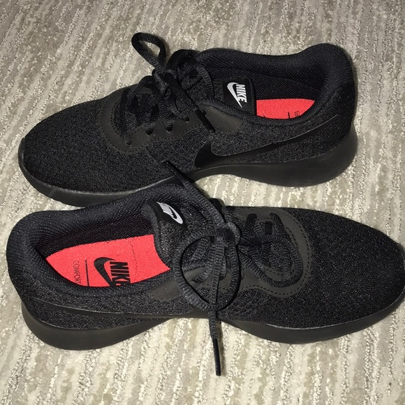 Fe ciega Antología Desde allí  Nike Shoes | All Black Nike Tanjun Running Shoes | Poshmark